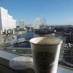 横浜桜木町ワシントンホテル - 持ち帰り珈琲と客室からの眺め