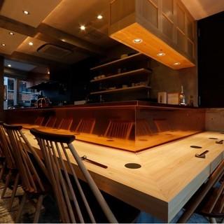 ゆったりと寛げる、檜と銅板の美しいカウンターで