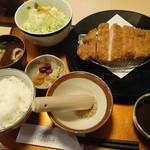 ばあとん - 料理写真:特上でかロースかつ定食200g 1,836円すりごま付味噌 32円