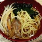 豆乃畑 - ラーメンにサラダコーナーにあったワカメ、生姜焼きをトッピングしたオリジナル醤油らーめん!でもらーめん自体が旨くない(。´Д⊂)