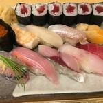 寿司・割烹・地魚料理 英 - 英は、左手前から真鰺、金目鯛、真鯖、ハタ、中トロ、いくら、車海老、たいらぎ、酢〆の春子、アオヤギ、鉄火巻きです。