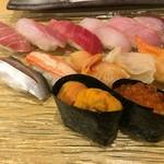 寿司・割烹・地魚料理 英 - おまかせは、手前から雲丹、イクラ、小鰭、ズワイガニ、赤貝、ツブ貝、アオヤギ、大トロ、石鯛、中トロ、ハタ、金目鯛、真鯖です