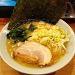 鶴一家 - 豚骨ラーメン 700円