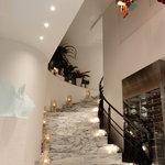 スターライトカフェ元町 - 2階へのアプローチ。ウェディングの撮影にも使われます。