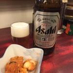 64814388 - 170303金 東京 加賀屋本郷本店 瓶ビール650円とお通し330円