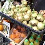 おおいたアンテナショップ温泉座 - 店先には野菜と果物が売られてます