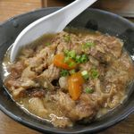 江戸牛 - お肉の幕間に食べる小料理として注文した牛すじ煮込み480円はお肉&野菜たっぷりで具だくさん!
