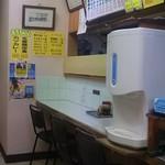 カレーハウスデリー - 店内 BGMは、昭和歌謡です!