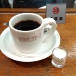 64824945 - 右手で持とうとくるりとカップを回したら、ロゴに気づきました。