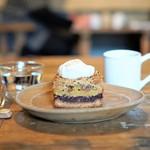 カワタ製菓店 - さつまいもと小豆のごまクランブルケーキ、珀