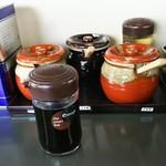 真鍋家 - 調味料の皆さん。手前は味調節用に別で出されたカエシ。どれも使いませんでした(o・ω・o)