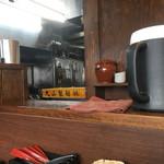弐七家 - 厨房内の「丸山製麺」麺箱
