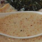 東京発祥豚骨ラーメン 哲麺縁 - すりごまの入ったスープ