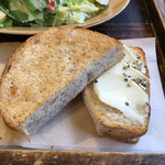 CAFE M - 胚芽パン クリームチーズとハニーペッパーのせ