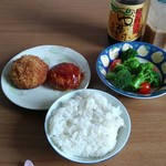 64837512 - 昼食はメンチカツ・ハンバーグ・ブロッコリーサラダで
