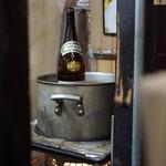久村の酒場 - だるまストーブで一升瓶をまるごと燗付け