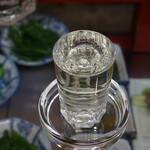 久村の酒場 - ガラステーブルの下には、沢山の惣菜が並ぶ