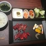 焼肉とビール 市場小路 - 赤身肉とハラミの焼肉御膳(¥1680)→和牛赤身肉・USハラミ・海老・焼野菜・ナムル2種・肉味噌豆富・サラダ・ご飯・スープ