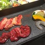 焼肉とビール 市場小路 - カルビと赤身肉の焼肉御膳(¥1680)の和牛カルビ・赤身肉・海老・焼野菜
