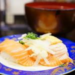 こだわりの廻転寿司 金沢まいもん寿司 - サーモン三昧 (¥380)