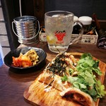 東京餃子 あかり - お通しはキムチとザーサイ。 餃子は左が明太子マヨ、右はパクチー