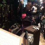 六歌仙 - エレベーターホールは狭くてスーツケースやベビーカーでいっぱい…