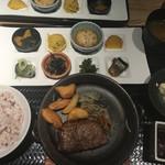 市場小路 - 黒毛和牛 外ヒラおステーキ おばんざいプレート(¥1463)