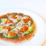 Gluten Free Dining Tsukuru - アボカドとチキンピザ