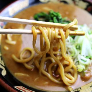 老舗製麺所に特注するパンチの効いた中太麺☆