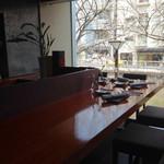 NARITA YUTAKA - カウンター席からは八重桜(の枝)が見えます