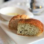 サン・マキアージュ - 自家製パン、オリーブオイル