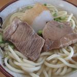 丸吉食堂 - 宮古そば、具は麺の下に隠れている