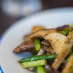 けいらく - 蒜薹炒豬肝(めにんにくとぶたきものいためもの)、杏鮑菇(エリンギ)、蒜薹(めにんにく)