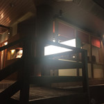 チャーリーズ - ほの暗い温泉街の裏道に、店内が明るく光ります