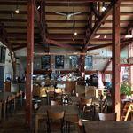 ジョジョズ カフェ&バー - 内観写真:2名席から10名以上座れる大きな席まで