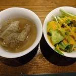 64891420 - 具が充実したスープ、相変わらず水菜のサラダ