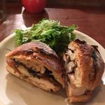 64893538 - サンドイッチ(チキンとまいたけのオーブン焼き)サラダ付き