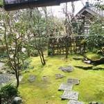 そば処 おきな - 窓から見た庭