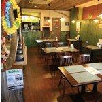 カフェダイナー コナ - 木の温もりを感じるハワイアンな店内