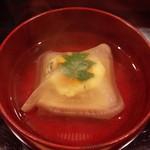 日本料理 百屋 - 竹の子とワカメのしんじょう。かつおだしが良く効いてます…