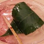 日本料理 百屋 - 自家製桜餅 出来立てをいただきました。