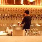 YONA YONA BEER WORKS 新宿東口店 - ビールを入れているところ