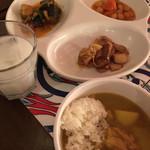 Bab-ul Hayat - ひよこ豆と牛煮込み、チキンカレー、パスタ入りライス、チキンレバーの煮込み、塩ヨーグルトドリンク