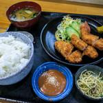 浜乃家 - 「ヒレカツ定食」(700円)。メインはモリモリのヒレカツ。小鉢にお漬物とお味噌汁。味もボリュームもバッチリ。