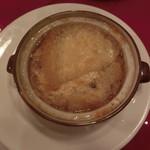 64908611 - オニオングラタンスープ。アツアツです