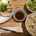 64909314 - カオマンガイ&麺セット