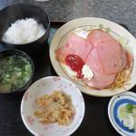 御食事処 大門 - ハムエッグ定食650円。目玉焼きの上に炒めハムが載せられています。