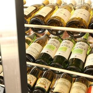ソムリエたちが厳選した、350種類以上のワインをご用意