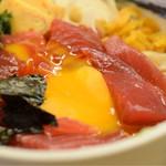 鮪喜 - 漬け丼@税込960円:卵割ってみました