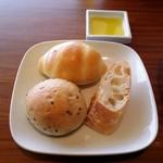 風の邱 - 自家製パン :ミルクロール、ゴマ、バケット
